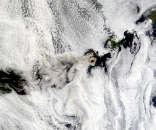 Plume from Okmok Volcano, Aleutian Islandsの写真素材 [FYI02691012]