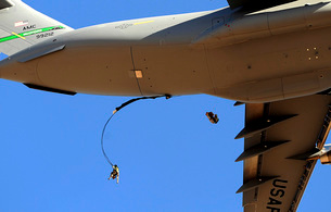 U.S Air Force Airmen parachute into a drop zone from a C-17の写真素材 [FYI02691030]