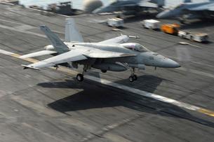 An F/A-18E Super Hornet lands aboard USS Dwight D. Eisenhoweの写真素材 [FYI02691059]