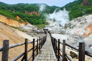 登別温泉の地獄谷と遊歩道の写真素材 [FYI02691099]