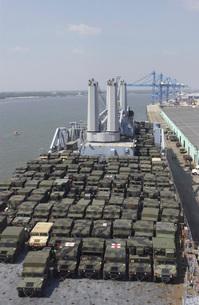 U.S. Army Humvees are loaded onto USNS Pililau.の写真素材 [FYI02691163]