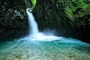 清流と新緑 厳立峡(がんだてきょう)カラタニ滝の写真素材 [FYI02691165]