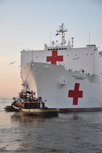 The hospital ship USNS Comfort departs for deployment.の写真素材 [FYI02691166]