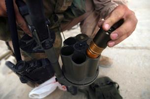 A Marine loads 40 mm grenades.の写真素材 [FYI02691175]