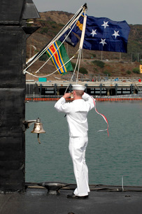 Sailor hauls down the commissioning pennant for the fast attの写真素材 [FYI02691191]