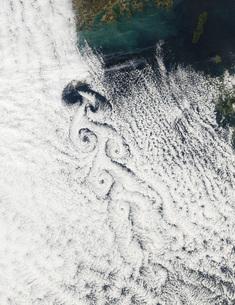 Von Karmann cloud vortices off the coast of Cheju Do.の写真素材 [FYI02691207]