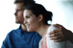 外国人カップルの肩を抱く手の写真素材 [FYI02691213]