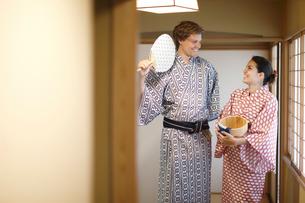 浴衣姿の外国人カップルの写真素材 [FYI02691265]
