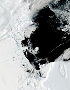 B-15J iceberg in the Ross Sea, Antarctica.の写真素材 [FYI02691312]