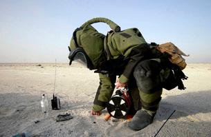 A technician dressed in a EOD-8 Explosive Ordnance Disposalの写真素材 [FYI02691315]