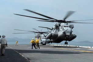 A Marine MH-53 helicopter takes off from the flight deck ofの写真素材 [FYI02691325]