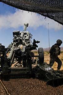 U.S. Marines fire an M777 howitzer.の写真素材 [FYI02691423]