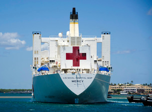Hospital ship USNS Mercy at Joint Base Pearl Harbor-Hickam iの写真素材 [FYI02691483]