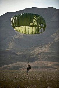 Soldier prepares to land after a static-line jump.の写真素材 [FYI02691524]