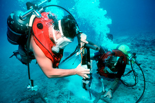 Divers work to repair an undersea cable at the Pacific Missiの写真素材 [FYI02691530]
