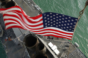 Stars & Stripes flying boldly as seen from the crow's nest aの写真素材 [FYI02691631]