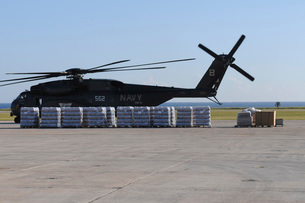 Bottled water is ready to be loaded onto a U.S. Navy MH-53Eの写真素材 [FYI02691635]