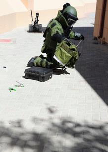 Explosive ordnance disposal technician investigates an IED.の写真素材 [FYI02691656]