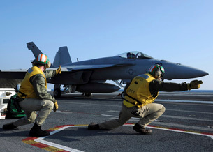 Shooters aboard the USS George H.W. Bush give the go-ahead sの写真素材 [FYI02691695]
