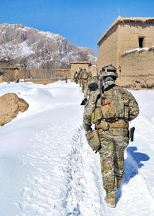 Soldiers conduct a patrol in Shah Joy district, Zabul provinの写真素材 [FYI02691699]