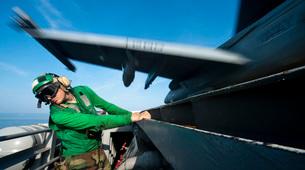 Aviation Boatswain's Mate ducks as an F/A-18E Super Hornet lの写真素材 [FYI02691715]