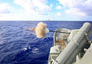 The Australian navy frigate HMAS Warramunga fires its 5-inchの写真素材 [FYI02691725]