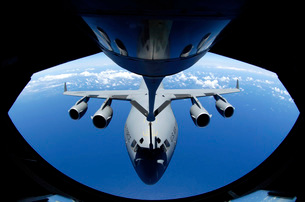 A C-17 Globemaster III receives fuel from a KC-135 Stratotanの写真素材 [FYI02691742]