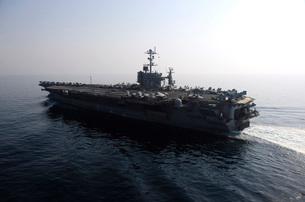 The Nimitz-class aircraft carrier USS John C. Stennis transiの写真素材 [FYI02691749]
