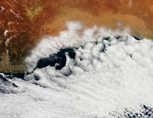 Unusual cloud formations crowd the coastline of Australia.の写真素材 [FYI02691785]