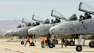 Maintainers perform pre-flight inspections on A-10 Thunderboの写真素材 [FYI02691789]