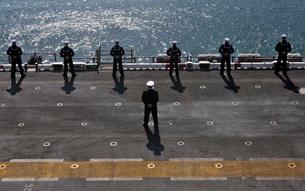 Sailors man the rails on the amphibious assault ship USS Essの写真素材 [FYI02691824]