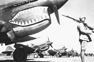 A Chinese soldier guards a line of American P-40 fighter plaの写真素材 [FYI02691845]