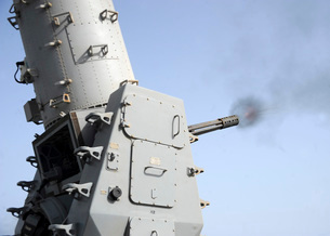 A close-in weapons system fires during an operational test aの写真素材 [FYI02691864]