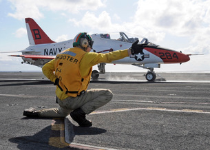 A shooter launches a T-45 Goshawk training aircraft.の写真素材 [FYI02691868]