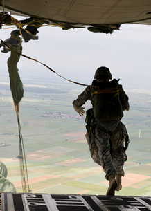 A U.S. soldier jumps out of a C-130J Super Hercules.の写真素材 [FYI02691893]