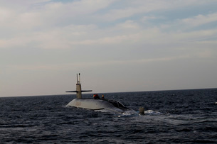 The ballistic missile submarine USS Maryland transits the Atの写真素材 [FYI02691931]