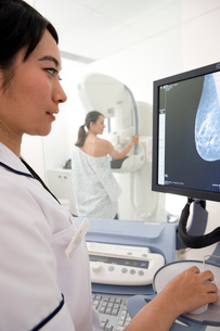 Radiologist reviewing results of patient窶冱 mammogramの写真素材 [FYI02691942]