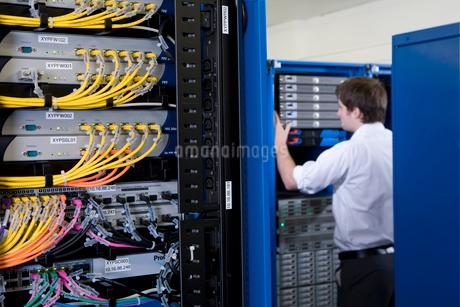 IT technician checking network serverの写真素材 [FYI02691944]