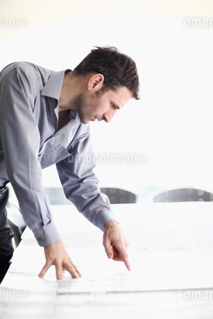 Mature man looking at architectural drawingsの写真素材 [FYI02691986]