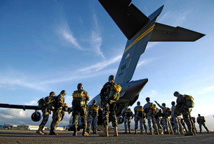 Soldiers prepare to board a C-17 Globemaster III.の写真素材 [FYI02692012]