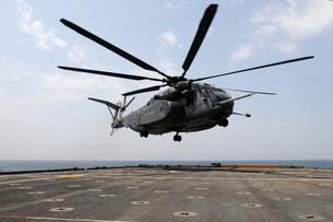 An MH-53E Sea Dragon prepares to land on the flight deck aboの写真素材 [FYI02692016]