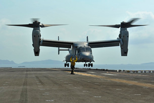 Aviation Boatswain's Mate signals an MV-22 Osprey as it takeの写真素材 [FYI02692036]