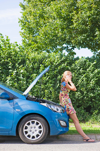 Woman With Broken Down Car Phoning For Assistanceの写真素材 [FYI02692069]