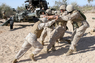 Soldiers move the muzzle-end of a M777 Lightweight Howitzer.の写真素材 [FYI02692090]