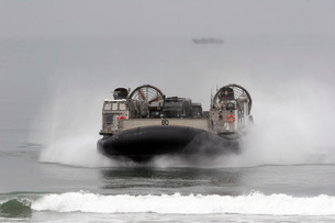 A landing craft air cushion comes ashore at U.S. Marine Corpの写真素材 [FYI02692107]