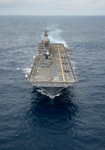 The amphibious assault ship USS Essex transits the Pacific Oの写真素材 [FYI02692120]