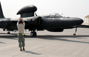 A maintenance Airman guides a pilot in a U-2 Dragon Lady airの写真素材 [FYI02692157]
