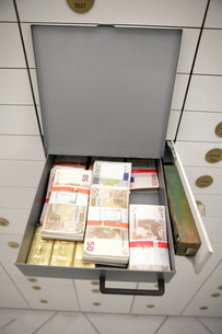Overview of an open strongbox containing bundles of currencyの写真素材 [FYI02692213]