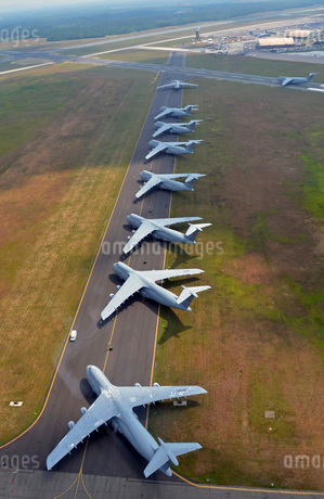 C-5 Galaxies align on the runway.の写真素材 [FYI02692286]