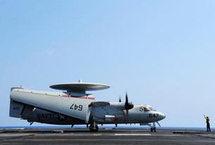 An E-2C Hawkeye on the flight deck of USS George H.W. Bush.の写真素材 [FYI02692313]